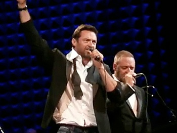 Les Miz Stars Hugh Jackman and Russell Crowe Face Off with The Confrontation at Joes Pub