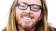 Video! <I>Matilda</I> Composer Tim Minchin on Fighting Lesli Margherita, Going Barefoot & His Lush Hair