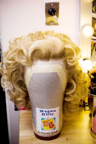 Megan Hilty backstage – wig