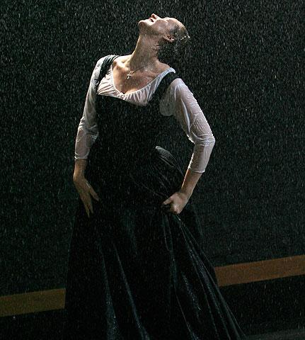 Mary Stuart - Show Photo - Janet McTeer (rain)