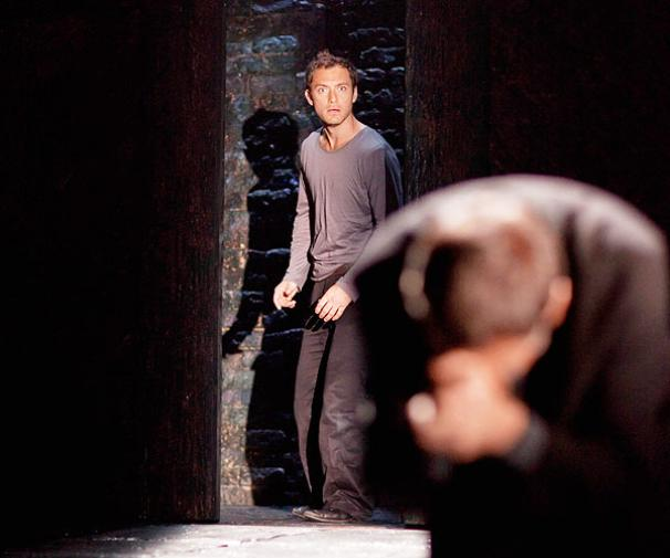Hamlet - Show Photos - Jude Law (door)