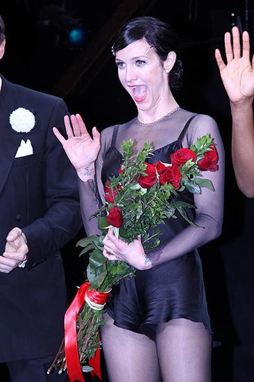 Ashlee Simpson Chicago opening – Ashlee Simpson (waving)
