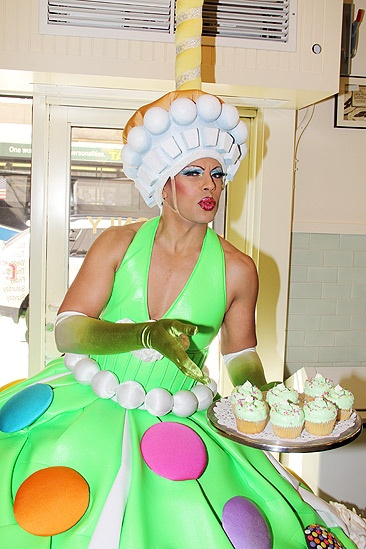 Priscilla Star Cupcake Delivery – Thom Allison (cupcake platter)
