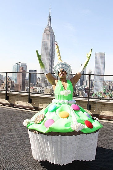 Priscilla Star Cupcake Delivery – Thom Allison (rooftop)
