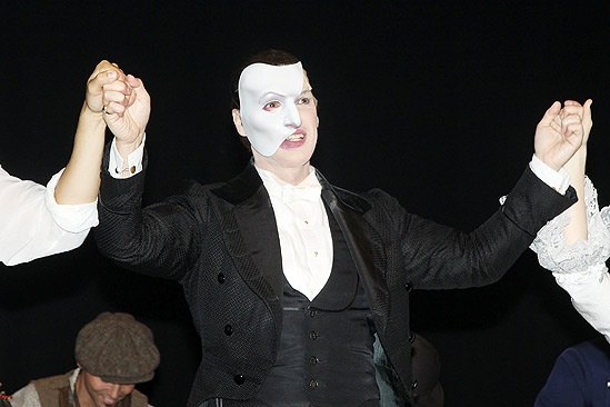 Hugh Panaro Returns to Phantom  Hugh Panaro (hands)