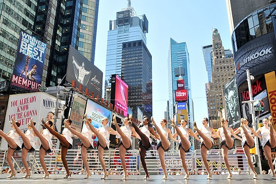 Radio City Rockettes in Times Square – the Radio City Rockettes
