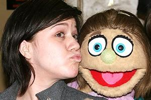 Photo Op - Kelly Clarkson at Avenue Q - Kelly Clarkson - Kate Monster (kiss)
