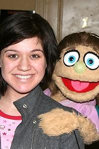 Photo Op - Kelly Clarkson at Avenue Q - Kelly Clarkson - Kate Monster (smile)