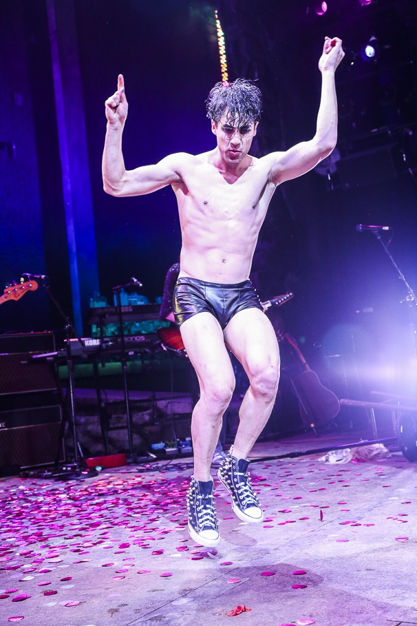 whatamidoingwithmylife - Pics and gifs of Darren in Hedwig and the Angry Inch on Broadway. 7.210677