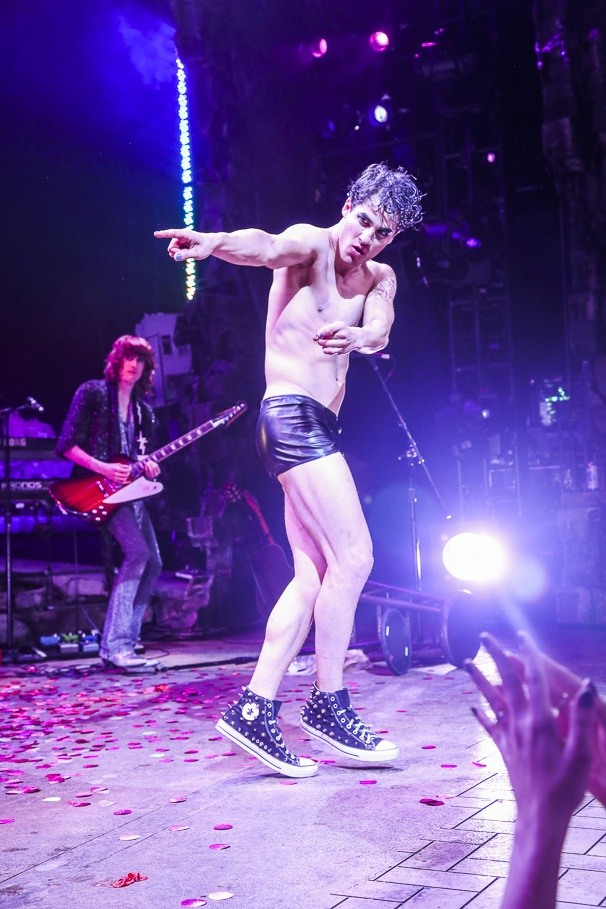 whatamidoingwithmylife - Pics and gifs of Darren in Hedwig and the Angry Inch on Broadway. 8.210685