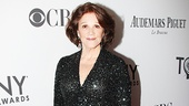 Speaking of glam, Linda Lavin shows us how it's done in a sparkling Randi Rahm gown.