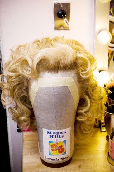 Megan Hilty backstage – wig